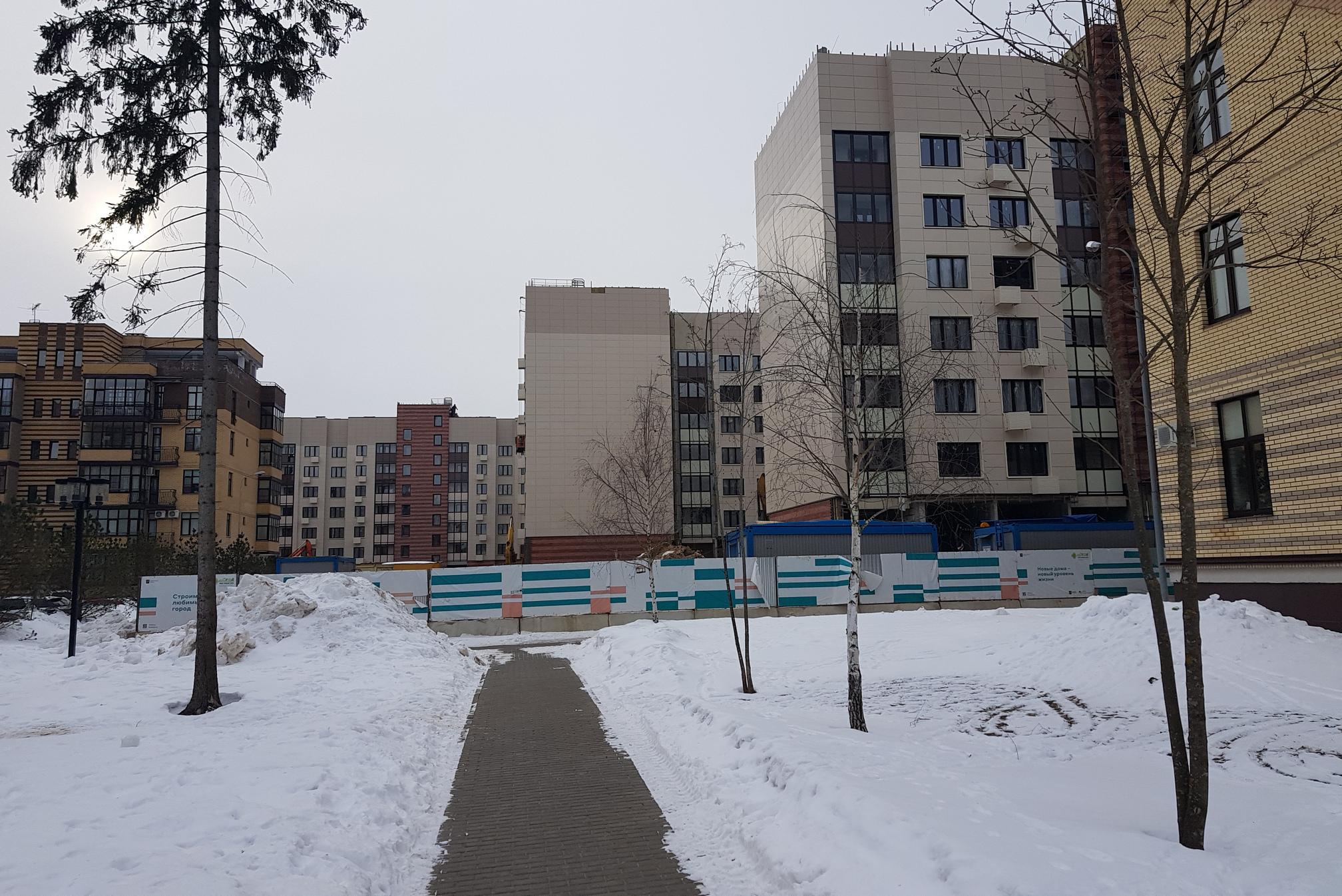 «Китайская стена» реновационных домов. По бокам прежние дома Солнечного