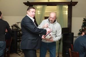 Руководство клуба подписывает подарочный мяч. Рядом Владимир Михайлович Леонтьев