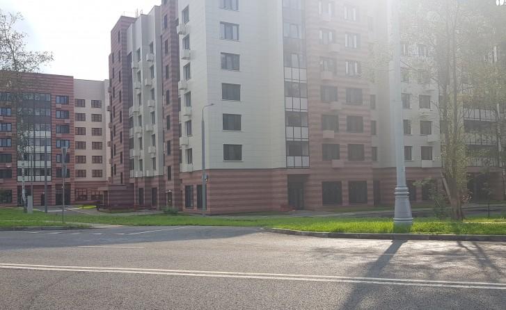 Вид на реновационные дома с другой стороны улицы Черенкова. Виден зародыш подъезда к домам